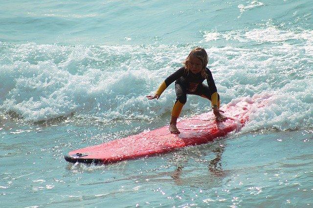 子供がサーフィン