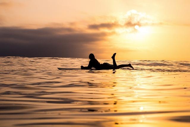 夕日の中でサーフィン波待ち